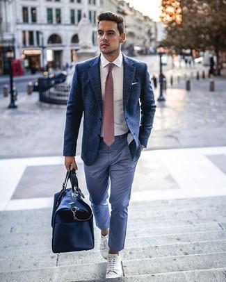 Smart-Casual Outfits Herren 2020: Tragen Sie ein dunkelblaues Sakko mit Schottenmuster und eine hellblaue Chinohose für einen für die Arbeit geeigneten Look. Suchen Sie nach leichtem Schuhwerk? Ergänzen Sie Ihr Outfit mit weißen Segeltuch niedrigen Sneakers für den Tag.