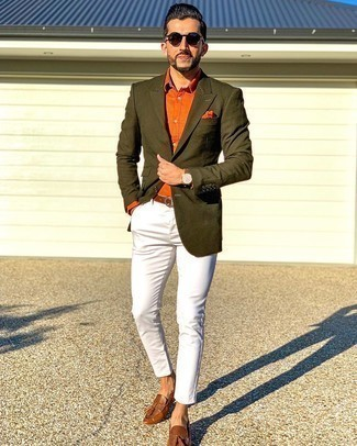 Dunkelrote Sonnenbrille kombinieren – 214 Herren Outfits: Für ein bequemes Couch-Outfit, kombinieren Sie ein olivgrünes Sakko mit einer dunkelroten Sonnenbrille. Braune Leder Slipper mit Quasten bringen klassische Ästhetik zum Ensemble.