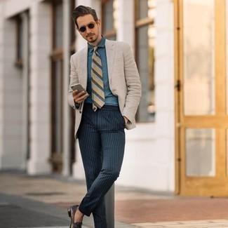Hellbeige Sakko kombinieren – 1059+ Herren Outfits: Tragen Sie ein hellbeige Sakko und eine dunkelblaue vertikal gestreifte Chinohose, wenn Sie einen gepflegten und stylischen Look wollen. Dunkelbraune Leder Slipper sind eine einfache Möglichkeit, Ihren Look aufzuwerten.