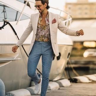 Hellbeige Sakko kombinieren – 1059+ Herren Outfits: Die modische Kombination aus einem hellbeige Sakko und einer hellblauen Chinohose ist perfekt für einen Tag im Büro. Warum kombinieren Sie Ihr Outfit für einen legereren Auftritt nicht mal mit weißen Segeltuch niedrigen Sneakers?