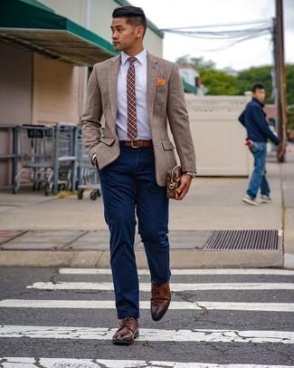 Dunkelblaue Chinohose kombinieren – 1200+ Herren Outfits: Kombinieren Sie ein beige Wollsakko mit einer dunkelblauen Chinohose für Drinks nach der Arbeit. Wählen Sie braunen Leder Derby Schuhe, um Ihr Modebewusstsein zu zeigen.