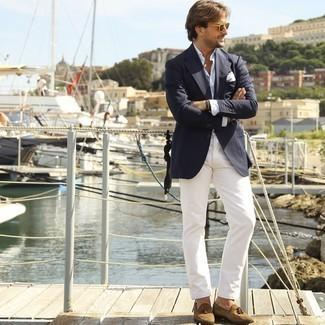 Armband kombinieren – 500+ Herren Outfits: Tragen Sie ein dunkelblaues Sakko und ein Armband für einen entspannten Wochenend-Look. Beige Wildleder Slipper mit Quasten sind eine einfache Möglichkeit, Ihren Look aufzuwerten.