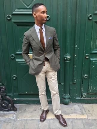 20 Jährige: Outfits Herren 2020: Die Paarung aus einem olivgrünen Sakko und einer hellbeige Chinohose ist eine gute Wahl für einen Tag im Büro. Fühlen Sie sich ideenreich? Ergänzen Sie Ihr Outfit mit dunkelbraunen Leder Oxford Schuhen.