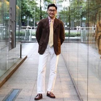 Herren Outfits 2020: Vereinigen Sie ein dunkelbraunes Sakko mit einer weißen Chinohose für Ihren Bürojob. Fühlen Sie sich ideenreich? Ergänzen Sie Ihr Outfit mit braunen Leder Slippern.