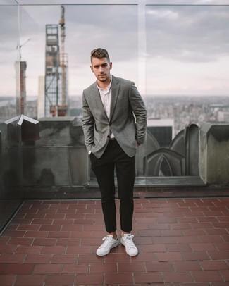 Weiße und grüne Leder niedrige Sneakers kombinieren – 76 Herren Outfits: Entscheiden Sie sich für ein graues vertikal gestreiftes Sakko und eine schwarze Chinohose für einen für die Arbeit geeigneten Look. Fühlen Sie sich mutig? Komplettieren Sie Ihr Outfit mit weißen und grünen Leder niedrigen Sneakers.