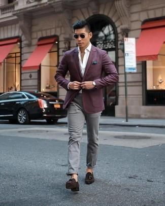 Dunkelgraue Lederuhr kombinieren – 480 Herren Outfits: Kombinieren Sie ein dunkelrotes Sakko mit einer dunkelgrauen Lederuhr für einen entspannten Wochenend-Look. Fühlen Sie sich mutig? Wählen Sie dunkelbraunen Wildleder Slipper mit Quasten.