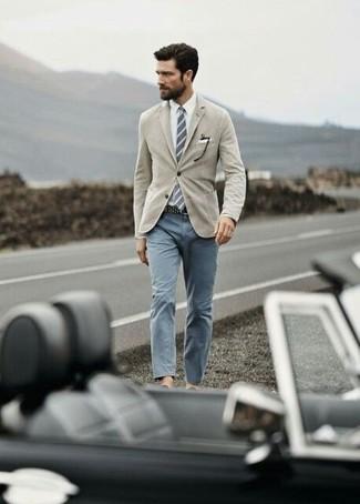 Wie kombinieren: beige Sakko, weißes Businesshemd, graue Chinohose, graue vertikal gestreifte Krawatte