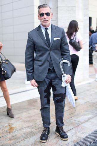 Dunkelgraues Sakko kombinieren – 1200+ Herren Outfits: Kombinieren Sie ein dunkelgraues Sakko mit einer dunkelgrauen Camouflage Chinohose für Drinks nach der Arbeit. Ergänzen Sie Ihr Look mit einer schwarzen Lederfreizeitstiefeln.