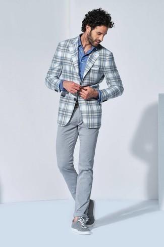 Weißes und braunes Sakko mit Schottenmuster kombinieren – 20 Herren Outfits: Kombinieren Sie ein weißes und braunes Sakko mit Schottenmuster mit einer grauen Chinohose, wenn Sie einen gepflegten und stylischen Look wollen. Warum kombinieren Sie Ihr Outfit für einen legereren Auftritt nicht mal mit grauen Segeltuch niedrigen Sneakers?
