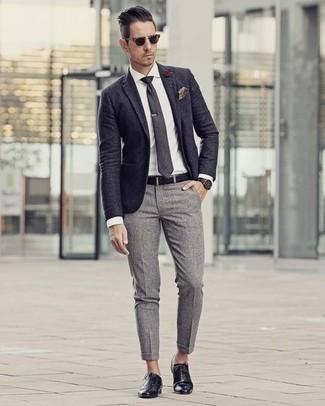 Dunkelblaues Sakko kombinieren – 1200+ Herren Outfits: Tragen Sie ein dunkelblaues Sakko und eine graue Chinohose, um einen eleganten, aber nicht zu festlichen Look zu kreieren. Putzen Sie Ihr Outfit mit schwarzen Leder Oxford Schuhen.
