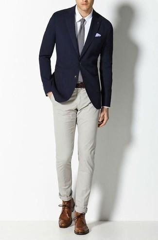 Dunkelblaues Sakko kombinieren – 1200+ Herren Outfits: Kombinieren Sie ein dunkelblaues Sakko mit einer grauen Chinohose, um einen modischen Freizeitlook zu kreieren. Braune Chukka-Stiefel aus Leder fügen sich nahtlos in einer Vielzahl von Outfits ein.