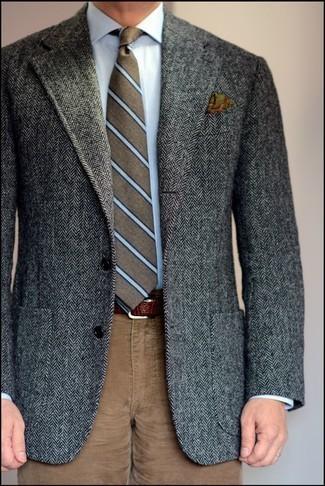 Herren Outfits 2021: Vereinigen Sie ein dunkelgraues Wollsakko mit Fischgrätenmuster mit einer braunen Cord Chinohose, um einen eleganten, aber nicht zu festlichen Look zu kreieren.