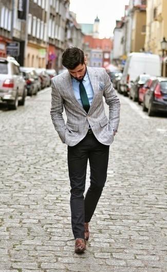 Braune Leder Slipper mit Quasten kombinieren – 1087+ Herren Outfits: Kombinieren Sie ein graues Sakko mit Karomuster mit einer schwarzen Chinohose für einen für die Arbeit geeigneten Look. Fühlen Sie sich ideenreich? Ergänzen Sie Ihr Outfit mit braunen Leder Slippern mit Quasten.