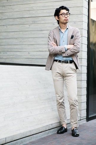 Schwarzes Einstecktuch kombinieren – 441 Herren Outfits: Tragen Sie ein braunes Sakko mit Vichy-Muster und ein schwarzes Einstecktuch für einen entspannten Wochenend-Look. Schwarze Leder Slipper bringen Eleganz zu einem ansonsten schlichten Look.