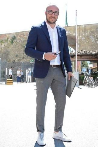 Transparente Sonnenbrille kombinieren – 500+ Herren Outfits: Paaren Sie ein dunkelblaues Sakko mit einer transparenten Sonnenbrille für einen entspannten Wochenend-Look. Weiße Segeltuch niedrige Sneakers bringen Eleganz zu einem ansonsten schlichten Look.