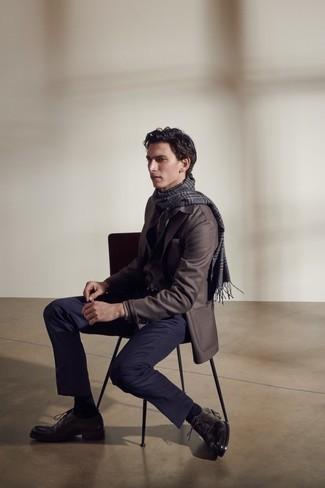 Schwarzen Ledergürtel kombinieren – 500+ Herren Outfits: Paaren Sie ein dunkelbraunes Sakko mit einem schwarzen Ledergürtel für einen entspannten Wochenend-Look. Dunkelbraune Leder Oxford Schuhe bringen klassische Ästhetik zum Ensemble.