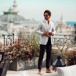 Dunkelgrüne Sonnenbrille kombinieren – 500+ Herren Outfits: Kombinieren Sie ein graues Sakko mit Schottenmuster mit einer dunkelgrünen Sonnenbrille für einen entspannten Wochenend-Look. Fühlen Sie sich mutig? Entscheiden Sie sich für hellbeige Wildleder Slipper.