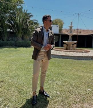 Sakko kombinieren – 500+ Herren Outfits: Entscheiden Sie sich für ein Sakko und eine hellbeige Chinohose, um einen modischen Freizeitlook zu kreieren. Fügen Sie dunkelblauen Leder Slipper für ein unmittelbares Style-Upgrade zu Ihrem Look hinzu.