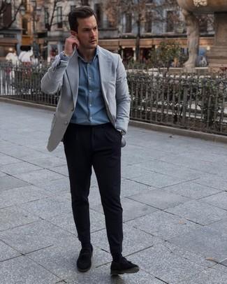 Sakko kombinieren – 500+ Herren Outfits: Vereinigen Sie ein Sakko mit einer schwarzen Chinohose für Ihren Bürojob. Schwarze Wildleder Slipper mit Quasten bringen klassische Ästhetik zum Ensemble.