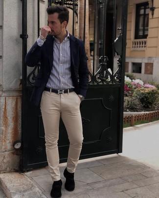 Sakko kombinieren – 500+ Herren Outfits: Stechen Sie unter anderen modebewussten Menschen hervor mit einem Sakko und einer hellbeige Chinohose. Fühlen Sie sich ideenreich? Entscheiden Sie sich für schwarzen Wildleder Slipper mit Quasten.