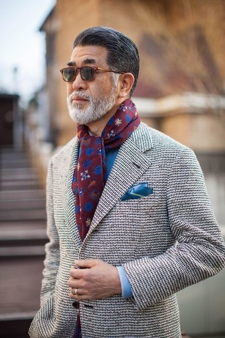 Wie kombinieren: weißes Tweed Sakko, blaues Businesshemd, blaues Einstecktuch, dunkelroter bedruckter Schal