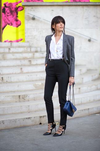 Hosenträger kombinieren: trends 2020: Die Kombination aus einem grauen Wollsakko und einem Hosenträger bringt einen tollen Streetstyle-Touch in Ihre Freizeit-Outfits. Schwarze Leder Pumps sind eine gute Wahl, um dieses Outfit zu vervollständigen.