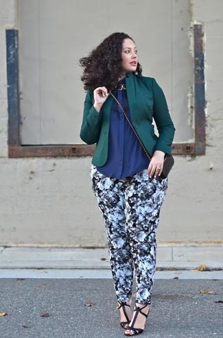 Wie kombinieren: dunkelgrünes Sakko, dunkelblaues Businesshemd, schwarze und weiße enge Hose mit Blumenmuster, schwarze Leder Sandaletten