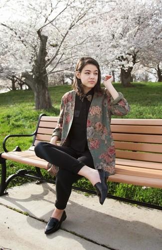 Wie kombinieren: olivgrünes Sakko mit Blumenmuster, schwarzes Businesshemd, schwarze enge Jeans, schwarze Leder Slipper