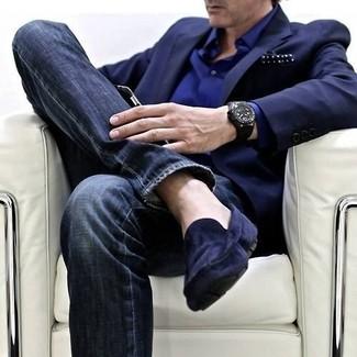 Wie kombinieren: dunkelblaues Sakko, dunkelblaues Businesshemd, dunkelblaue enge Jeans, dunkelblaue Wildleder Mokassins
