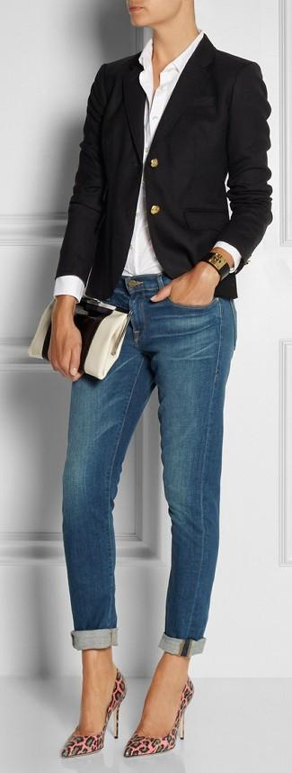 Wie kombinieren: schwarzes Sakko, weißes Businesshemd, blaue enge Jeans, rosa Leder Pumps mit Leopardenmuster
