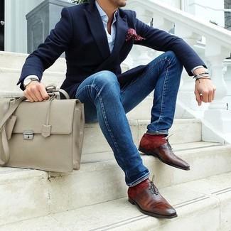 Wie kombinieren: dunkelblaues Sakko, hellblaues Businesshemd, blaue enge Jeans, braune Leder Oxford Schuhe
