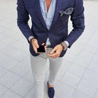 Wie kombinieren: dunkelblaues Wollsakko, hellblaues Businesshemd mit Vichy-Muster, graue enge Jeans, dunkelblaue Wildleder Slipper mit Quasten