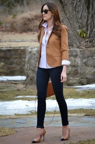 20 Jährige: Beige Sakko kombinieren – 22 Damen Outfits: Die Paarung aus einem beige Sakko und dunkelblauen engen Jeans schafft die perfekte Balance zwischen legerem Trend-Look und modernem Schick. Ergänzen Sie Ihr Look mit schwarzen und gelbbraunen Leder Pumps.