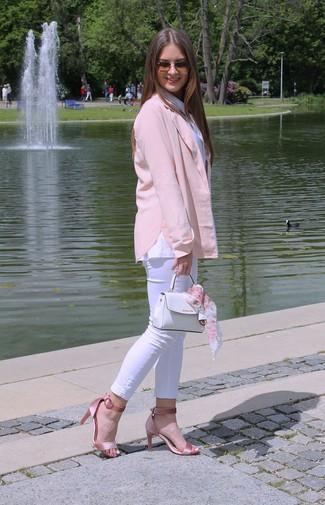 Weiße Lederhandtasche kombinieren – 24 Damen Outfits: Die Paarung aus einem rosa Sakko und einer weißen Lederhandtasche erlaubt es Ihnen, Ihren Freizeit-Stil gepflegt und schlicht zu halten. Komplettieren Sie Ihr Outfit mit rosa Satin Sandaletten.