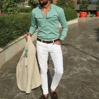 Wie kombinieren: hellbeige Sakko, mintgrünes Businesshemd, weiße enge Jeans, dunkelbraune Leder Slipper mit Quasten