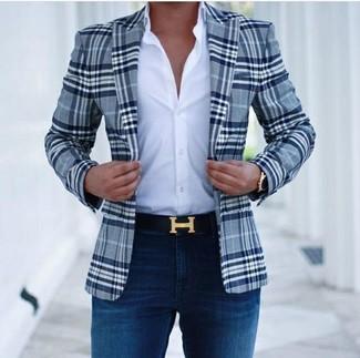 Wie kombinieren: dunkelblaues Sakko mit Schottenmuster, weißes Businesshemd, dunkelblaue enge Jeans, schwarzer Ledergürtel