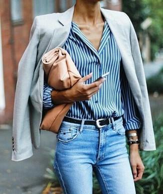 Wie kombinieren: graues Sakko, weißes und blaues vertikal gestreiftes Businesshemd, hellblaue enge Jeans, beige Leder Clutch