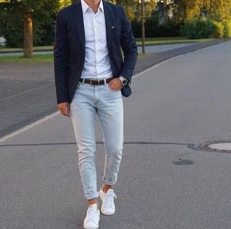 Wie kombinieren: schwarzes Sakko, weißes Businesshemd, hellblaue enge Jeans, weiße Leder niedrige Sneakers