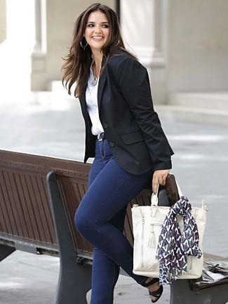 Wie kombinieren: schwarzes Sakko, weißes Businesshemd, dunkelblaue enge Jeans, schwarze Leder Sandaletten