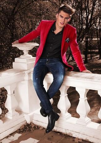 Wie kombinieren: rotes Sakko, schwarzes Businesshemd, dunkelblaue enge Jeans mit Destroyed-Effekten, schwarze Chelsea-Stiefel aus Leder