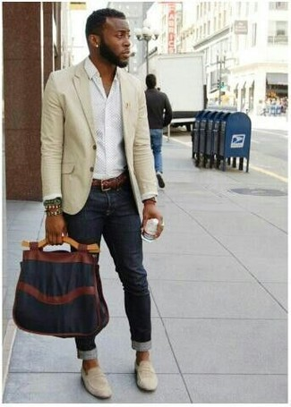Wie kombinieren: hellbeige Sakko, weißes Businesshemd, schwarze enge Jeans, hellbeige Wildleder Slipper