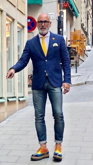 Wie kombinieren: dunkelblaues Sakko mit Schottenmuster, weißes Businesshemd, dunkelblaue enge Jeans, mehrfarbige Leder Derby Schuhe