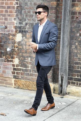 Wie kombinieren: graues Sakko, weißes Businesshemd, schwarze enge Jeans, braune Leder Oxford Schuhe