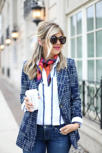 Wie kombinieren: dunkelblaues bedrucktes Sakko, weißes und dunkelblaues vertikal gestreiftes Businesshemd, dunkelblaue enge Jeans, mehrfarbiger bedruckter Seideschal