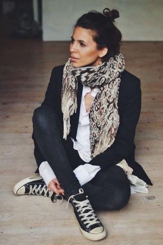 Wie kombinieren: schwarzes Sakko, weißes Businesshemd, schwarze enge Jeans, schwarze und weiße hohe Sneakers aus Segeltuch
