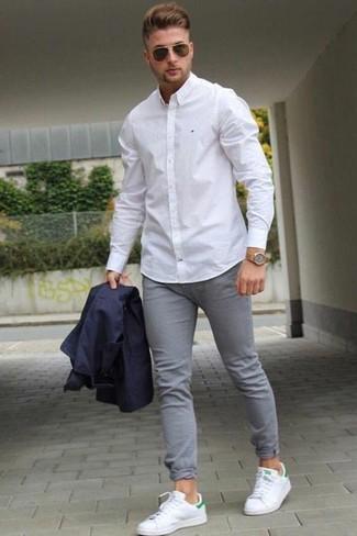 Wie kombinieren: dunkelblaues Sakko, weißes Businesshemd, graue enge Jeans, weiße Leder niedrige Sneakers