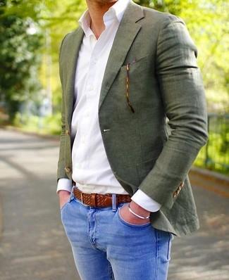 Wie kombinieren: olivgrünes Sakko, weißes Businesshemd, blaue enge Jeans, brauner geflochtener Ledergürtel