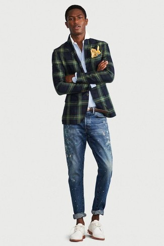 Wie kombinieren: dunkelgrünes Sakko mit Karomuster, hellblaues Businesshemd, blaue enge Jeans mit Destroyed-Effekten, weiße Wildleder Derby Schuhe