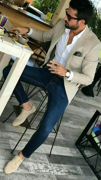 Wie kombinieren: hellbeige Sakko, weißes Businesshemd, dunkelblaue enge Jeans, hellbeige Wildleder Derby Schuhe