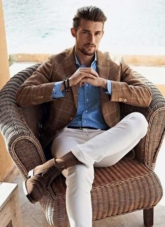 Braunes Sakko mit Karomuster kombinieren: trends 2020: Die Paarung aus einem braunen Sakko mit Karomuster und weißen engen Jeans ist eine komfortable Wahl, um Besorgungen in der Stadt zu erledigen. Fühlen Sie sich ideenreich? Komplettieren Sie Ihr Outfit mit braunen Chukka-Stiefeln aus Wildleder.
